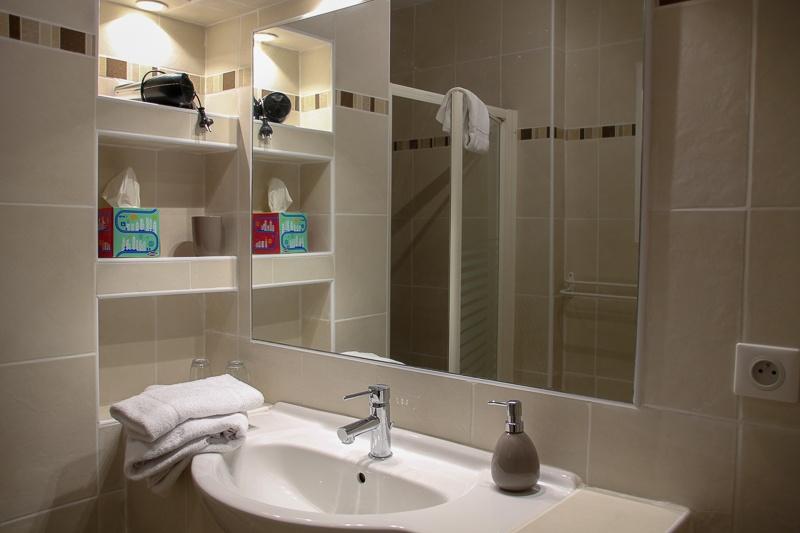 Lavabo, douche à l'italienne, machine à laver le linge Dordogne